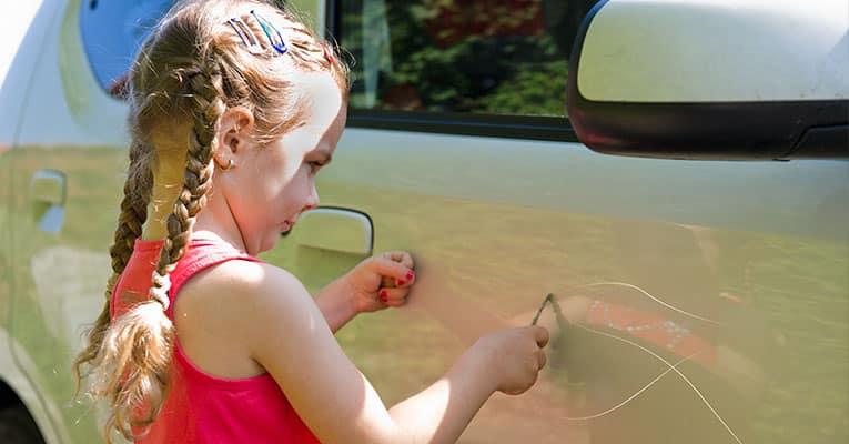 Comment être indemnisé si un enfant vous raye votre voiture ?